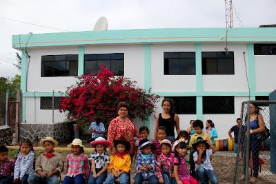 Carolina på sit humanitære projekt på Galapagos