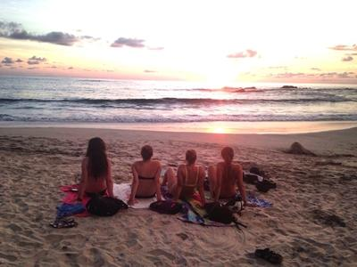 Ditte og frivillige på stranden i Costa Rica