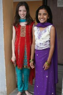Zoë og værtsfamilien's datter, Prekshya, i nepalesisk festtøj