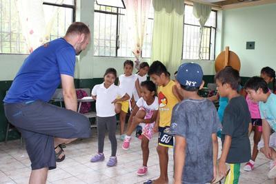 Mandlig frivillig underviser i Ecuador