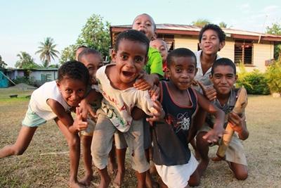 Legende børn i landsbyen i Fiji