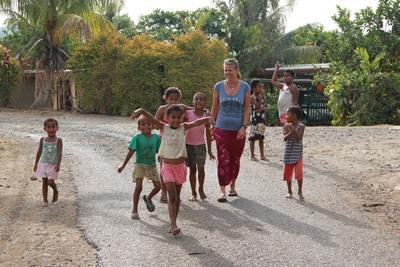 På gåtur med børnene i landsbyen i Fiji