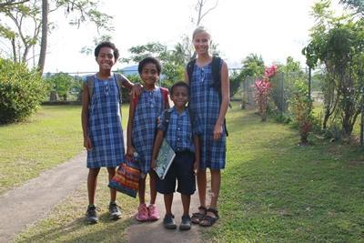 Familien S.s datter med sine nye venner i Fiji