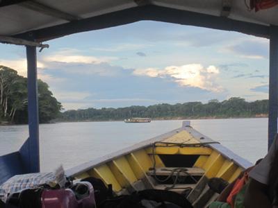 Frivillige sejler fra Puerto Maldonado ind i regnskoven
