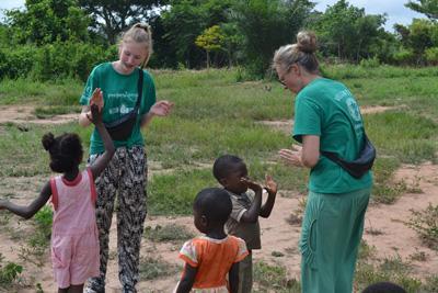Mor og datter arbejder frivilligt på børnehjem