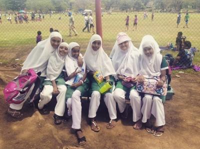 skolepiger holder frikvarter i Fiji