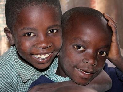 To kenyanske drenge fra humanitært arbejde