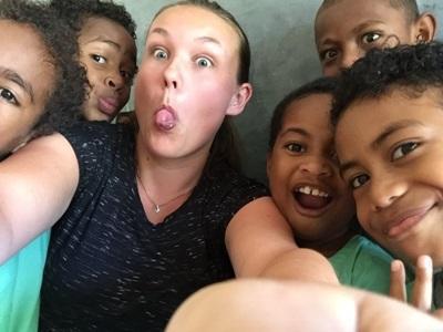 Frivillig sammen med lokale børn i Fiji