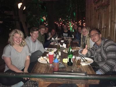 Frivillige spiser sammen efter byggeprojekt i Nepal