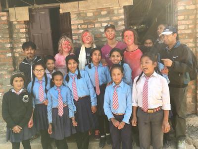 Katrine sammen med skolebørn og frivillige på byggeprojekt i Nepal
