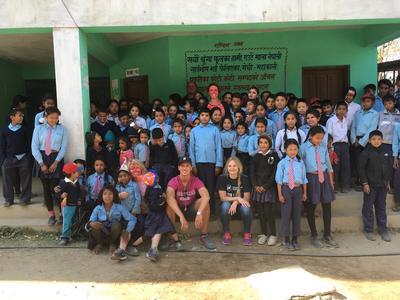 Katrine sammen med skolebørn og frivillige ved overdragelsen af nybygget skole i Nepal