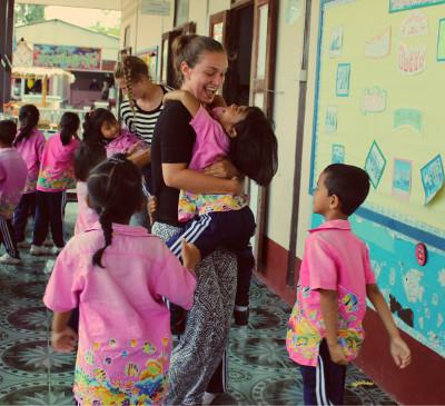 Rebecca leger med lokale børn