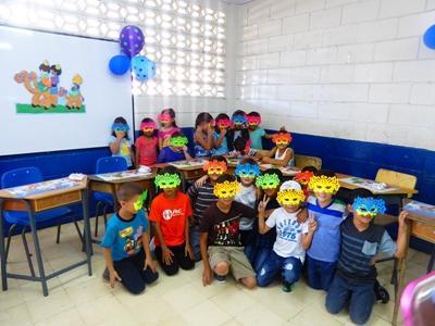 Børn med masker i Costa Rica