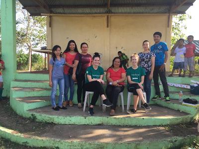 Signe sammen med anden frivillig på besøg i filippinsk landsby