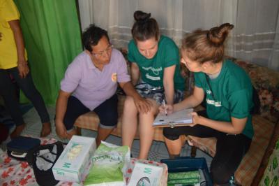 Filippinsk kvinde rådgives af praktikanter på folkesundhedsprojektet