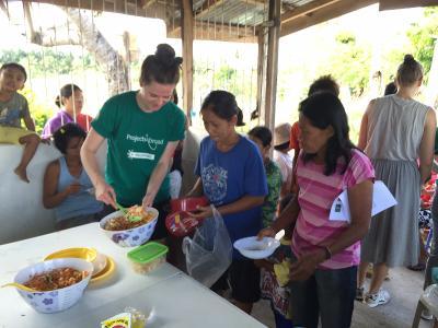 Lokale indbyggere smager sunde retter på folkesundhedsprojektet.