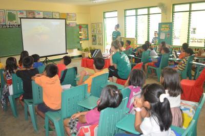 Praktikanter fortæller om folkesundhed til filippinsk skoleklasse