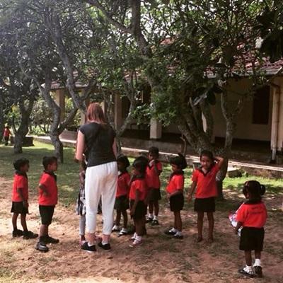 Frivillig sammen med lokalt barn på ungdomsprojekt