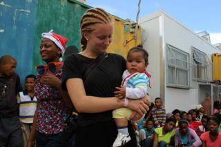 Frivillig med lokalt barn i Cape Twon