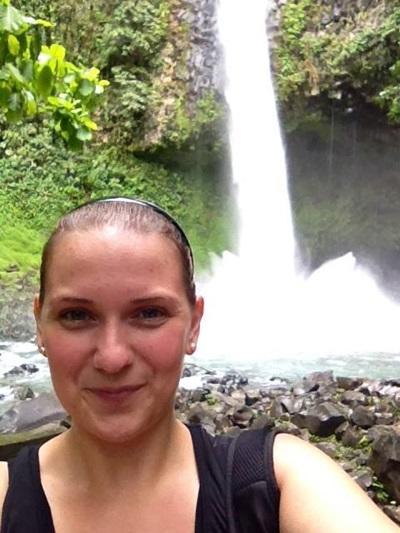 Frivillig foran vandfald i Costa Rica