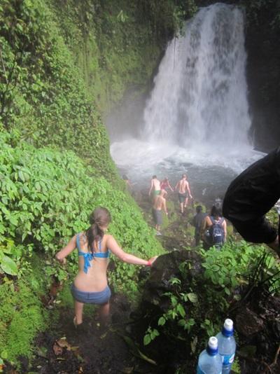Frivillige hygger sig sammen ved vandfald i Costa Rica