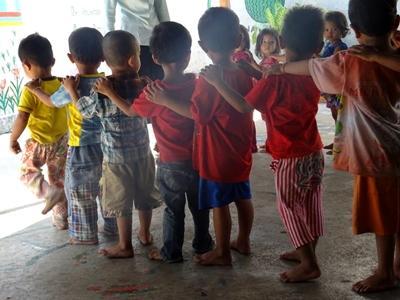 Børn på række på humanitært projekt