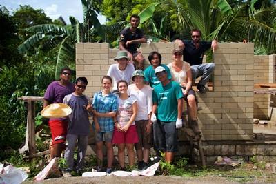 Gruppe af frivillige på genopbygningsprojektet