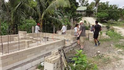 frivillige genopbygger huse i Filippinerne