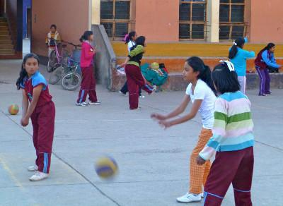 A volunteer volleyball lesson in Peru