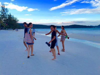 Katerina and her fellow volunteers on the beach in Cambodia