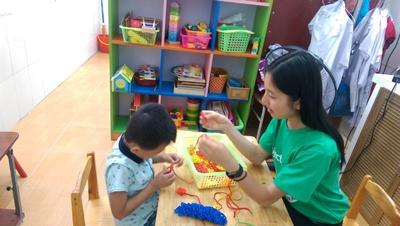 Rowena working with a patient at her Speech Therapy placement