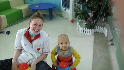 Faye working with a child at her volunteer placement