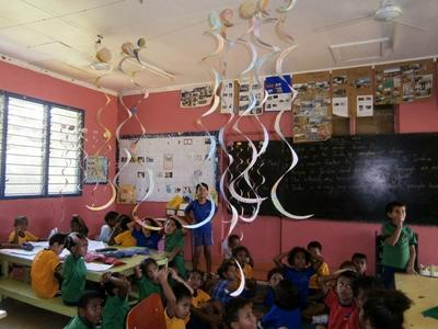 Volunteer teaches art and crafts in Fiji