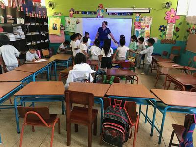 Melike teaching a class to a group of kids