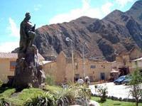 Statue in Plaza Ollantay