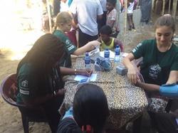Voluntarios de medicina en Sri Lanka atendiendo a pacientes