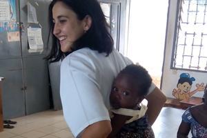 Cargando un bebé en la espalda como se acostumbra en Togo