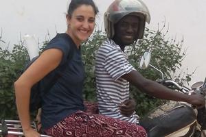 Lista en la motocicleta y con mi chófer para que conocer la ciudad