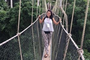 En un puente colgante durante el tiempo libre en Togo