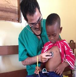 Voluntario de medicina en Jamaica atendiendo niño local