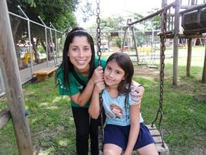 Voluntaria con niña en centro para niños en Costa Rica