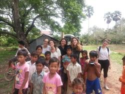 Voluntarios de Projects Abroad en trabajo social en Camboya