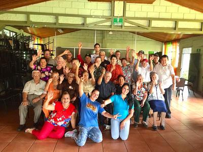 Voluntario con grupo en geriátrico