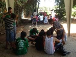 Niños en Marruecos juegan en el patio