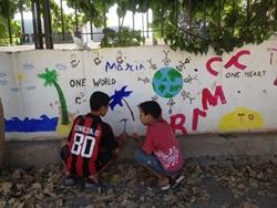 Dos niños en el patio en Marruecos.