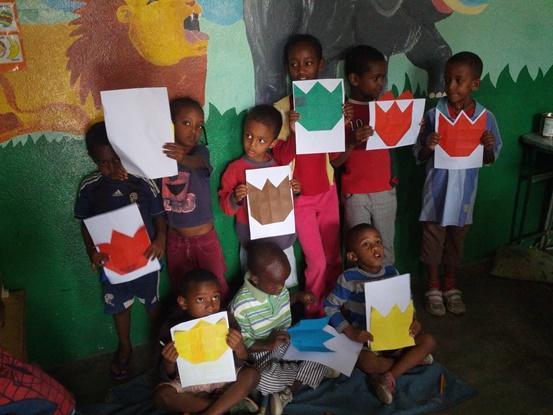 Niños enseñando dibujo