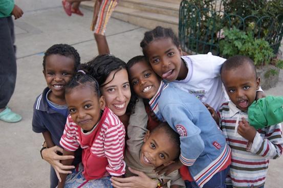 Voluntaria con niños en orfanato Etiopía