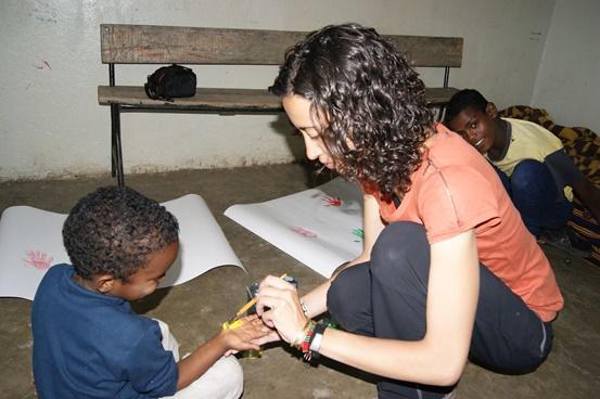 Voluntaria de Projects Abroad pintando con niños