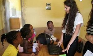 Voluntaria dando presentación en Derechos Humanos con niños en Jamaica