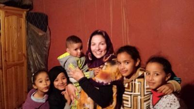 Une volontaire avec des enfants marocains dans une famille d'accueil